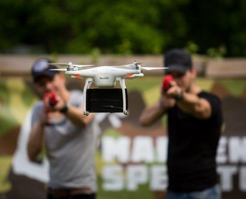 Schieten met paintballs op een drone