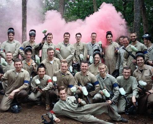 Groepsfoto paintball met rookbom