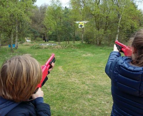 Schiet een drone uit de lucht met een paintballwapen